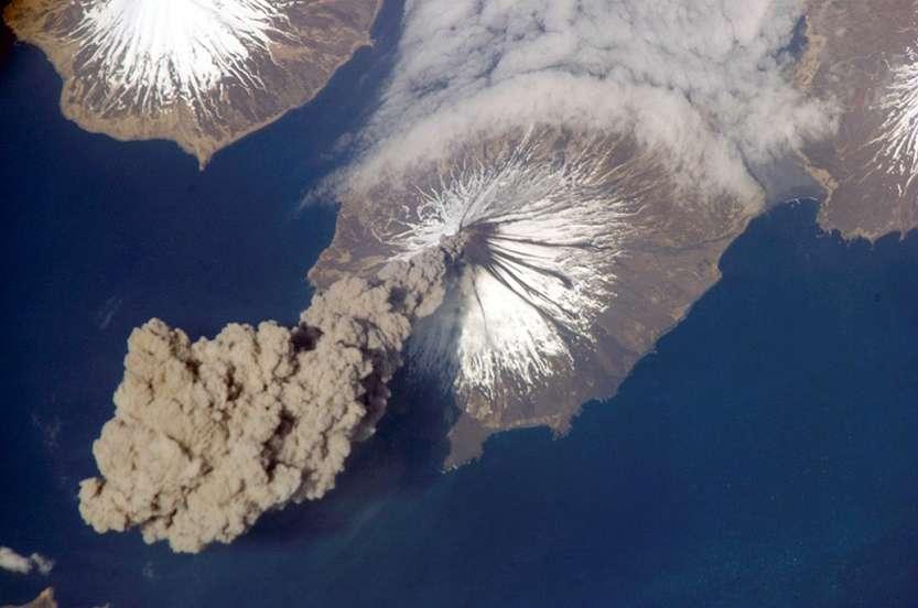 volcanoplume_iss_big
