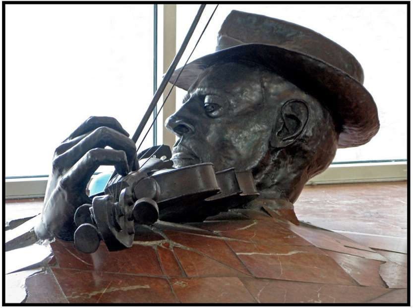 Памятник скрипачу в Амстердаме