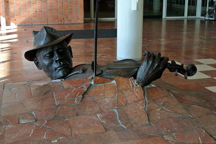 Памятник скрипачу вырывающемуся из пола