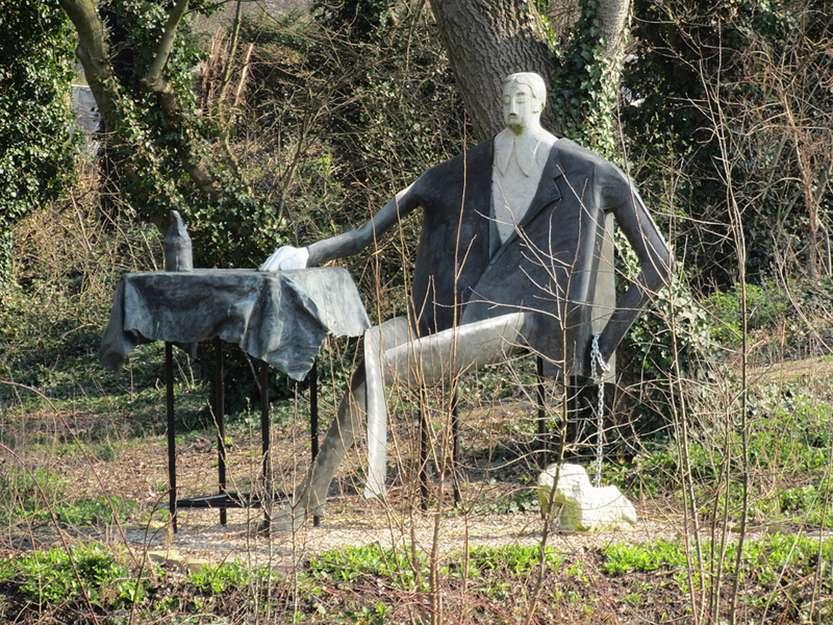 скульптура мужчине на пикнике с собачкой