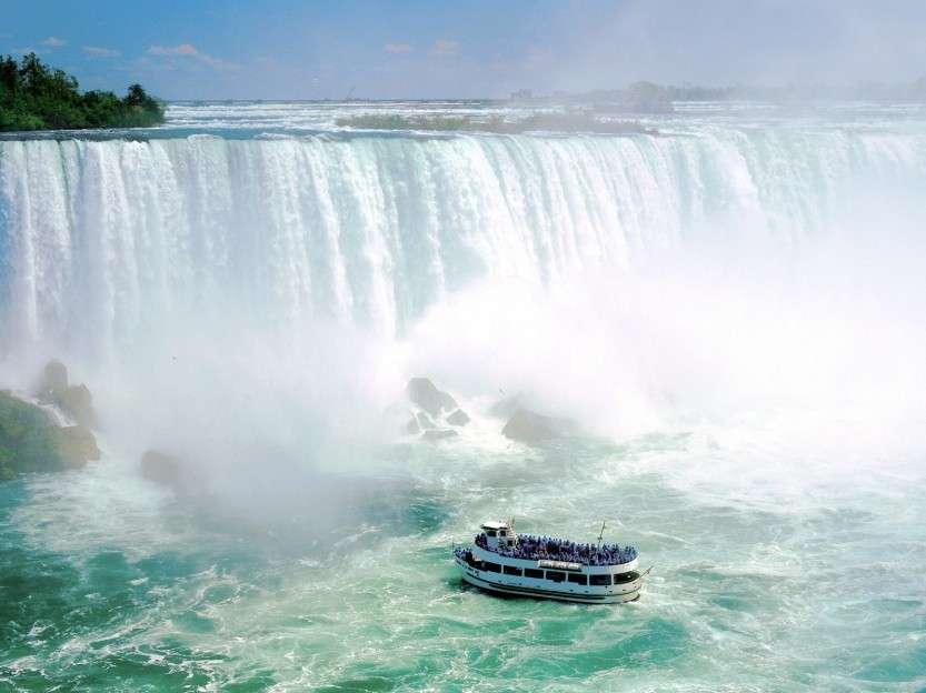 korabl-u-niagarskogo-vodopada-ontario-kanada