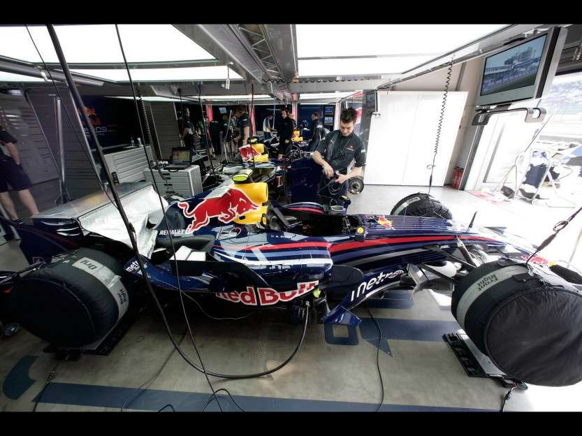 2007-Red-Bull-RB3-F1-Garage-1920x1440