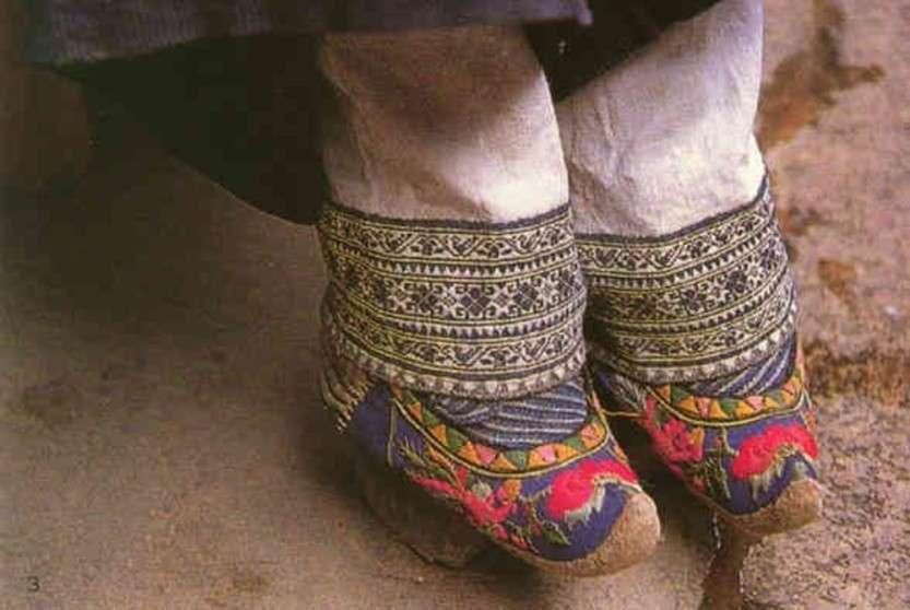 Этот обычай, практиковавшийся в Китае с начала X до начала XX ... в обуви маленького размера
