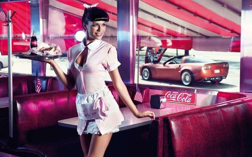 devushka_model_oficiantka_koka_kola_coca_cola_podnos_kafe_obsluzhivanie_2400x1500