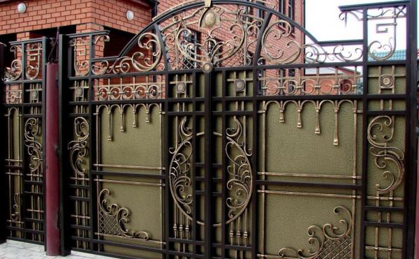 Кованые ворота – лицо частного дома